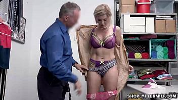 Белокурая госпожа необычайно жестко изгаляется над хуем раба