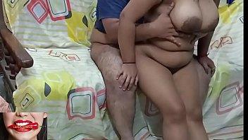 Пузатый мужик лижет киску и трахает русскую женщину на кровати