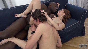 Мускулистый парень не помогает мамке достать ладошку из измельчителя и трется пенисом о её булки