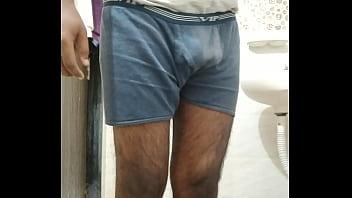 Зрелая мамуля в сетчатом юбочке сексуально показывает свои формы