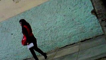 Хрупкая женщина в чулках, демонстрирует свои прелести на улице