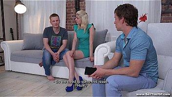 Сисястая блондинка мастурбирует клиторок кончиками пальчиков