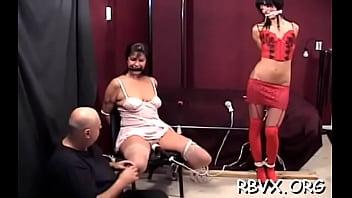 Красивая девчушка с красивыми ножками дает благоверному вылизать пизденку