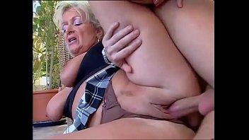 Молодая шлюшка обслуживает клиента в бане и наслаждается своей работенкой