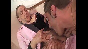 Ловелас онанирует языком анально-вагинальную щель первокурсницы перед сексом в анус