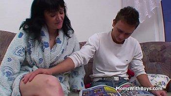 Бомбино мастурбирует влажную писькую и имеет ее по окончании сочного массажа