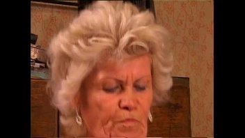 Пердолит и кончает в мокрощелку аппетитной блондиночке