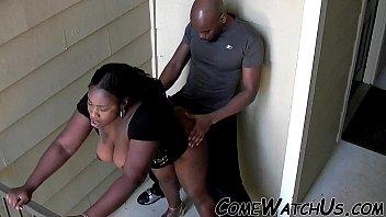 Молоденькая шлюха не отказывает африканцу в публичном пореве на полу