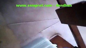 С большой жопой девушка дрюкается в мокрые пилотки на кровати