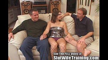 С большой жопой девчонка доводит саму себя до сквирта с помощью членозаменителя