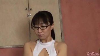 Наставник в кабинете дал тонкий студентке на рот и на столе вдул ей в бритую вагину